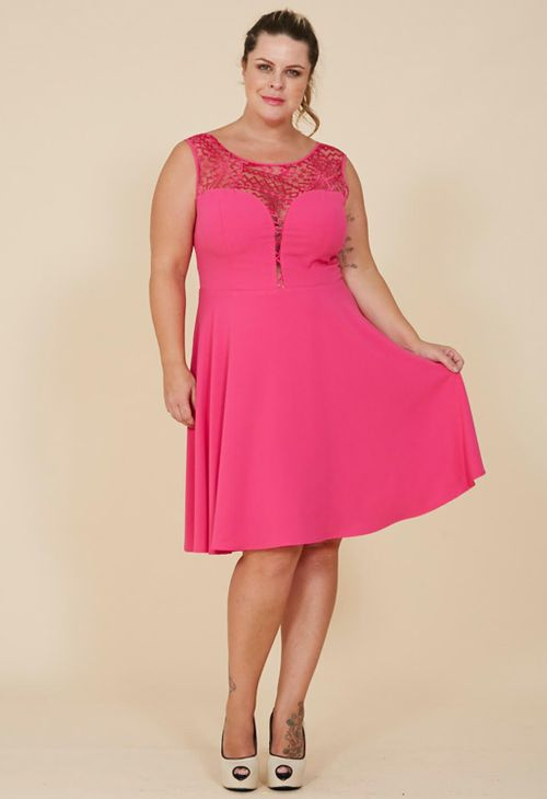 Vestido Festa Plus Size Tule e Renda no Decote